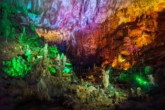 Vista interior da caverna do PROMETHEUS com luzes fotografia de stock royalty free