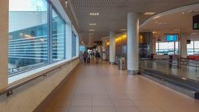 Vista interior da construção do aeroporto de Lisboa, com os povos no corredor imagem de stock royalty free