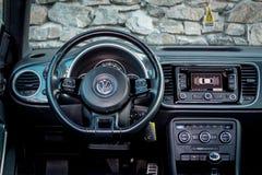 Vista interior da posição do motorista sobre o painel luxuoso do carro do cupê Imagens de Stock Royalty Free