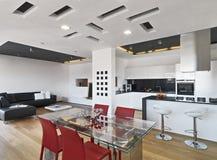 Vista interior da sala de jantar e na cozinha Fotos de Stock