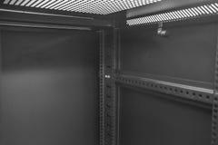 Vista interior das barras da montagem usadas para unir o hardware dos trabalhos em rede e do servidor, vista dentro de um armário Imagem de Stock