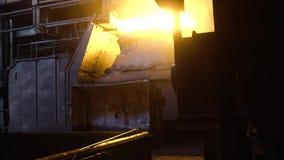 Vista interior de la acería con la cucharón enorme de la aleación ardiente del metal cantidad Vista del horno de hogar abierto co almacen de video