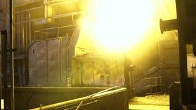 Vista interior de la acería con la cucharón enorme de la aleación ardiente del metal cantidad Vista del horno de hogar abierto co almacen de metraje de vídeo