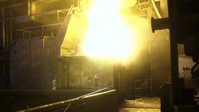 Vista interior de la acería con la cucharón enorme de la aleación ardiente del metal cantidad Vista del horno de hogar abierto co metrajes