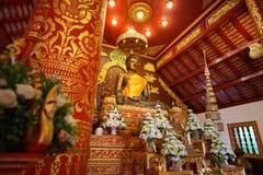 Vista interior de la capilla y la imagen de Bhudda en Wat Phra Kaew Foto de archivo
