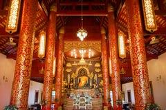 Vista interior de la capilla y la imagen de Bhudda en Wat Phra Kaew Imágenes de archivo libres de regalías