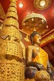 Vista interior de la capilla y la imagen de Bhudda en Wat Phra Kaew Fotos de archivo