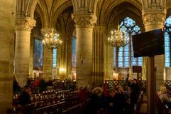 Vista interior de la catedral de Notre-Dame, catedral católica histórica considerada ser uno de los ejemplos más finos de gótico  Fotos de archivo
