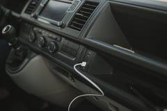 Vista interior de la conexión USB auto de van dashboard y del alambre blanco fotos de archivo libres de regalías