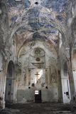Vista interior de la iglesia abandonada y dañada fotos de archivo libres de regalías