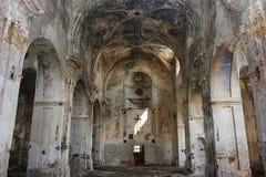 Vista interior de la iglesia abandonada y da?ada imagenes de archivo