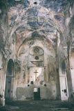 Vista interior de la iglesia abandonada y da?ada imagen de archivo libre de regalías