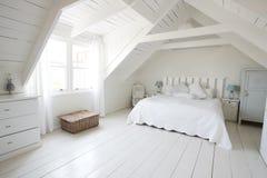 Vista interior de la luz hermosa y del dormitorio de Airy Child imagen de archivo