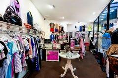 Vista interior de la tienda de la moda Imagenes de archivo