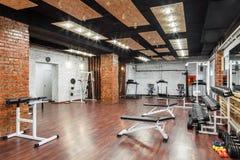 Vista interior de um gym com equipamento Fotografia de Stock Royalty Free