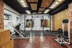 Vista interior de um gym com equipamento Foto de Stock