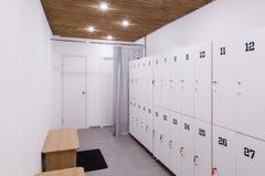 Vista interior de um gym com equipamento Imagem de Stock Royalty Free