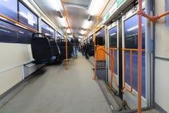 Vista interior de un autobús móvil. Foto de archivo libre de regalías