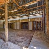 Vista interior de un granero envejecido vacío fotografía de archivo libre de regalías