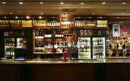 Vista interior de un pub inglés Foto de archivo