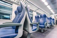 Vista interior de un tren azul Imagen de archivo libre de regalías
