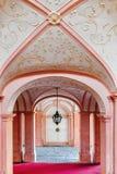 Vista interior de una abadía pintada rosa Fotos de archivo