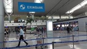 Vista interior del aeropuerto de Tan Son Nhat, Vietnam almacen de metraje de vídeo