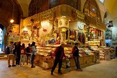 Vista interior del bazar magnífico en Estambul, Turquía fotos de archivo