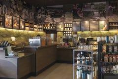 Vista interior del café del café de Starbucks Foto de archivo libre de regalías
