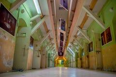 Vista interior del edificio rugoso abandonado viejo, células de presos en la prisión vieja García penal Moreno en la ciudad de Fotos de archivo libres de regalías