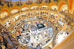 Vista interior del ingenio famoso de Galeries Lafayette Imágenes de archivo libres de regalías