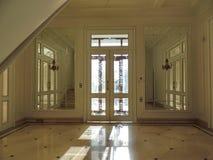 Vista interior del salón en una casa acogedora fotos de archivo