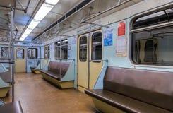 Vista interior del tren de carromatos en subterráneo Foto de archivo libre de regalías