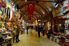 Vista interior do bazar grande em Istambul fotografia de stock