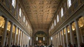 Vista interior granangular del maggiore de Santa María de la basílica, Roma almacen de video