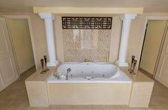 Vista interior surpreendente lindo bonita do Jacuzzi de convite, sala da banheira Imagem de Stock