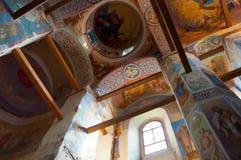 Vista interna da catedral da natividade de nossa senhora, monastério de St Anthony em Veliky Novgorod, Rússia Imagem de Stock
