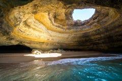 Vista interna da caverna do mar de Benagil em Praia de Benagil, praia o Algarve Portugal de Benagil fotos de stock royalty free