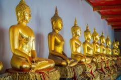 Vista interna de estátuas agradáveis da Buda do ouro em seguido em Wat Pho Temple em Tailândia Fotos de Stock Royalty Free
