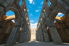Vista interna de las ruinas de la abadía medieval de San Galgano cerca del Si Fotos de archivo