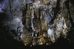 a vista interna de surpresa da caverna em Phong Nha KE golpeia o nacional fotos de stock