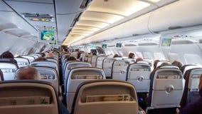 Vista interna de um avião em voo Imagens de Stock