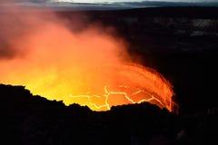 Vista interna de um vulcão ativo com fluxo de lava em Volcano National Park, ilha grande de Havaí imagens de stock royalty free