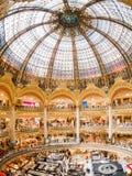 Vista interna del centro commerciale famoso di Galeries La Fayette fotografia stock libera da diritti