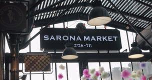 Vista interna del mercato di Sarona con i clienti Tel Aviv, Israele video d archivio