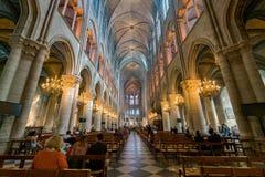 Vista interna del Notre-Dame de Paris famoso fotografia stock
