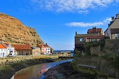 Vista interna del porto in Staithes, in North Yorkshire fotografie stock libere da diritti