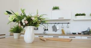 Vista interna della cucina minimalista elegante e dell'area pranzante Nessuna gente