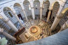 Vista interna di Battistero Pisa, Piazza del Duomo Immagine Stock