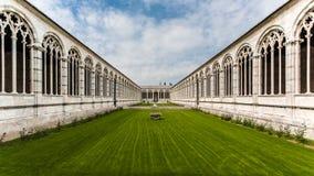 Vista interna di camposanto vicino alla torre di Pisa fotografia stock libera da diritti